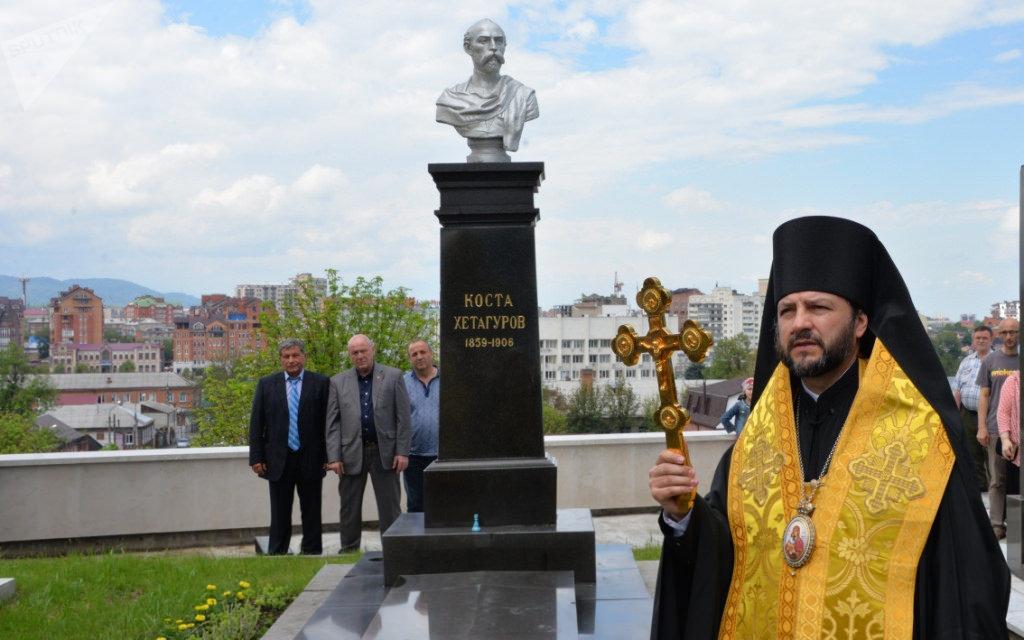 Лития на могиле К. Хетагурова в пантеоне Осетинской церкви