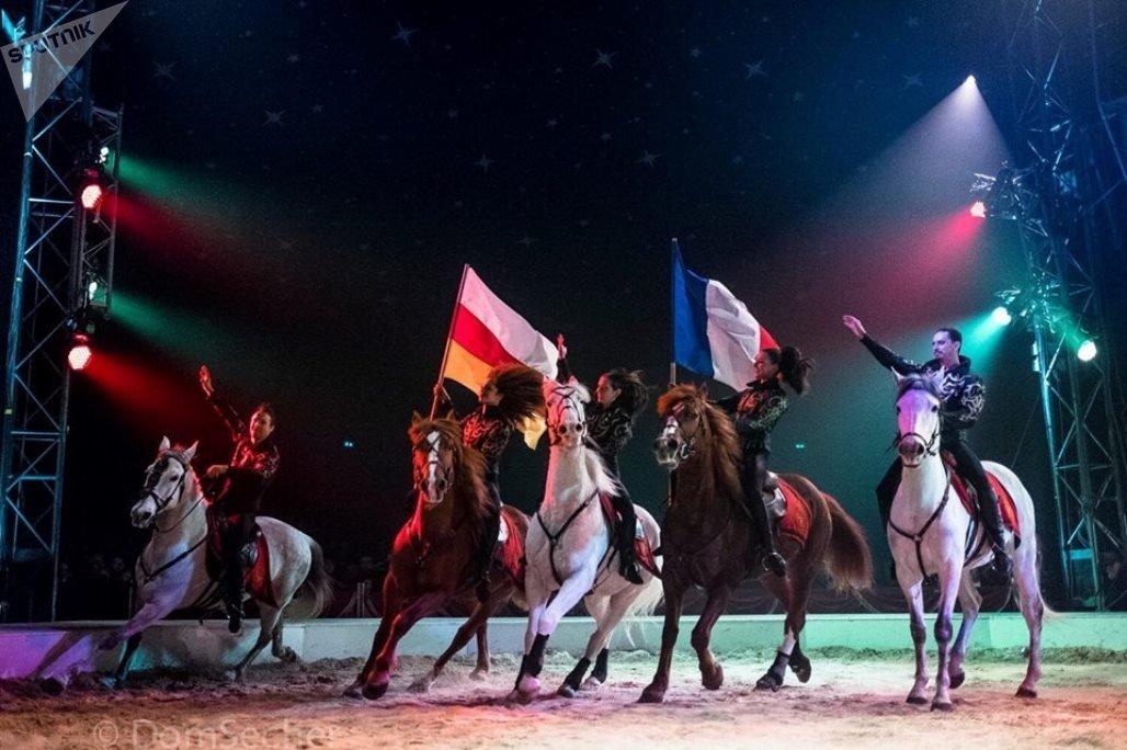 Выступление французской труппы под осетинским флагом