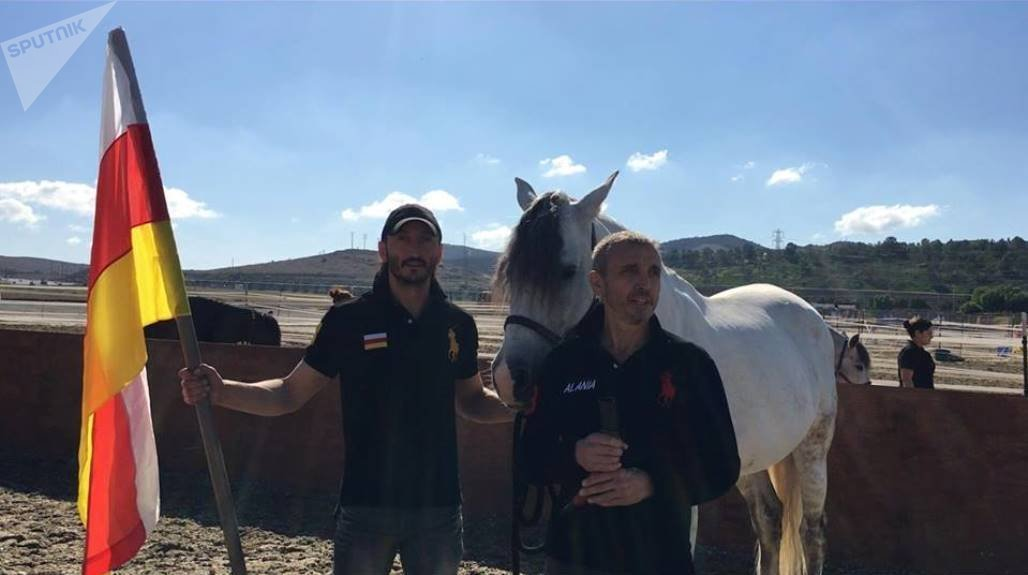 Справа Геннадий Туат, слева Батраз Цоколоев (участник конного театра Odysseo)