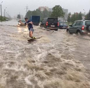Псковские вейкбордисты прокатились по затопленной улице в Пскове
