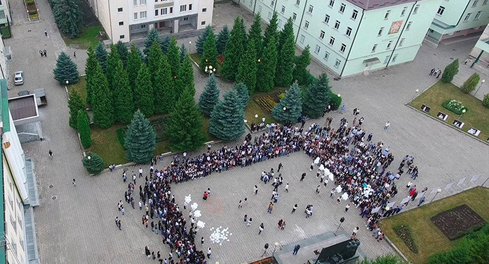 Студенты СОГУ выпустили в небо белые шары в память о жертвах Беслана