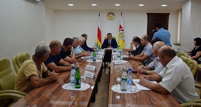 Встреча президента Южной Осетии с представителями строительных организаций