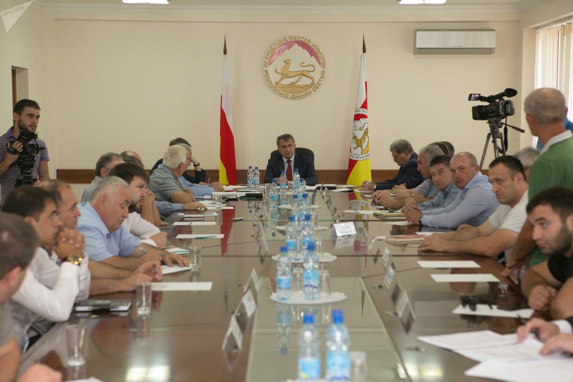 Совещание президента Южной Осетии с членами правительства и представителями строительных организаций