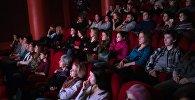 Зрители во время показа фильма