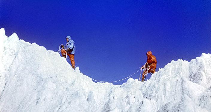 СКазбека эвакуировали одного из 3-х сорвавшихся альпинистов