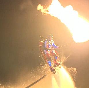 Трюки над водой: флайбордисты устроили световое шоу на Волге.