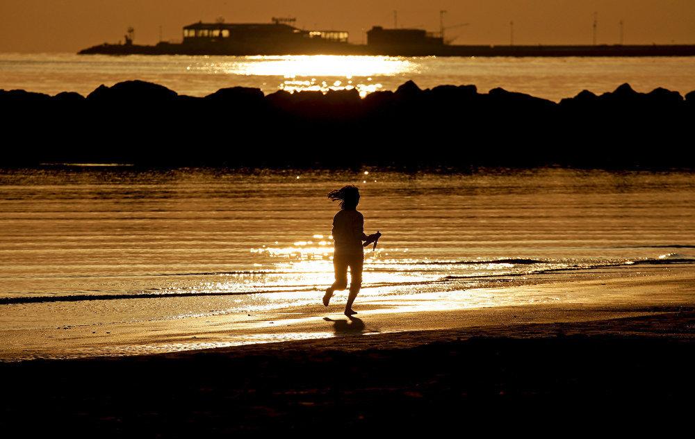 Девушка на вечерней пробежке в Римини, Италия.
