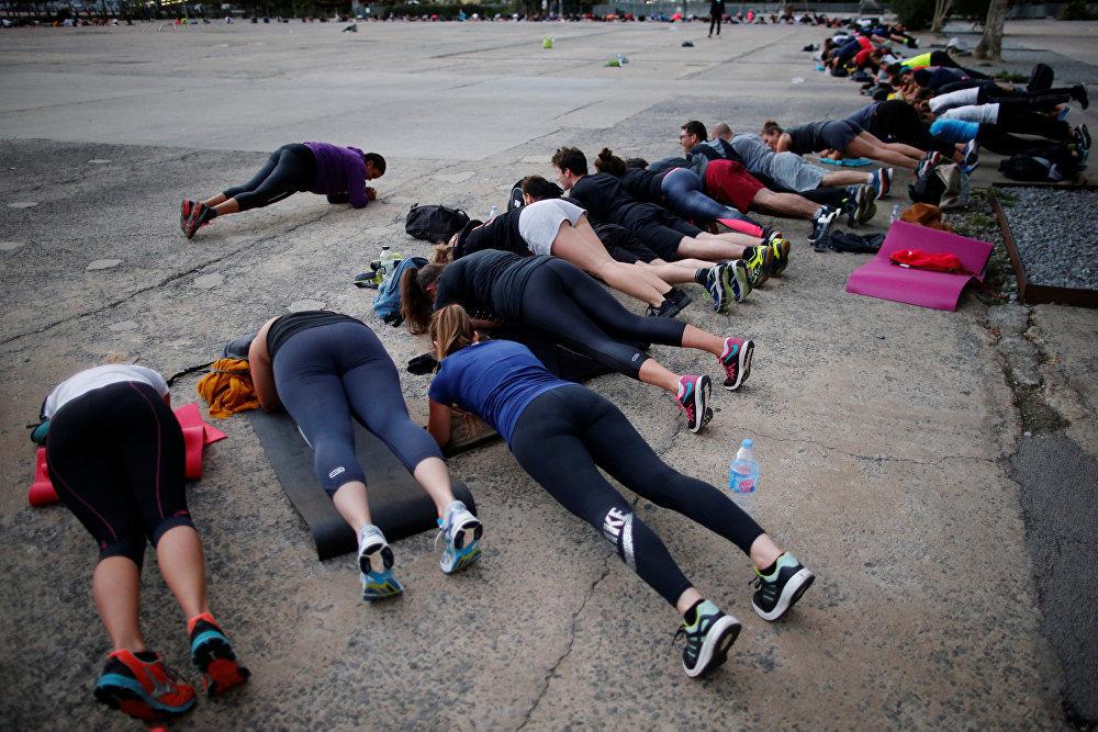 А это йога на улицах Нанта, Франция. На пределе сил и возможностей.
