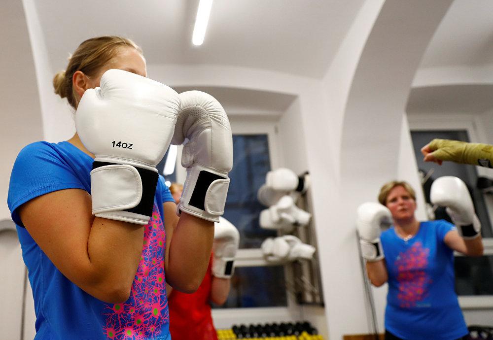 Женщины разогреваются во время тренировки в боксерском клубе BackYard в Вене, Австрия. Тоже фитнес.