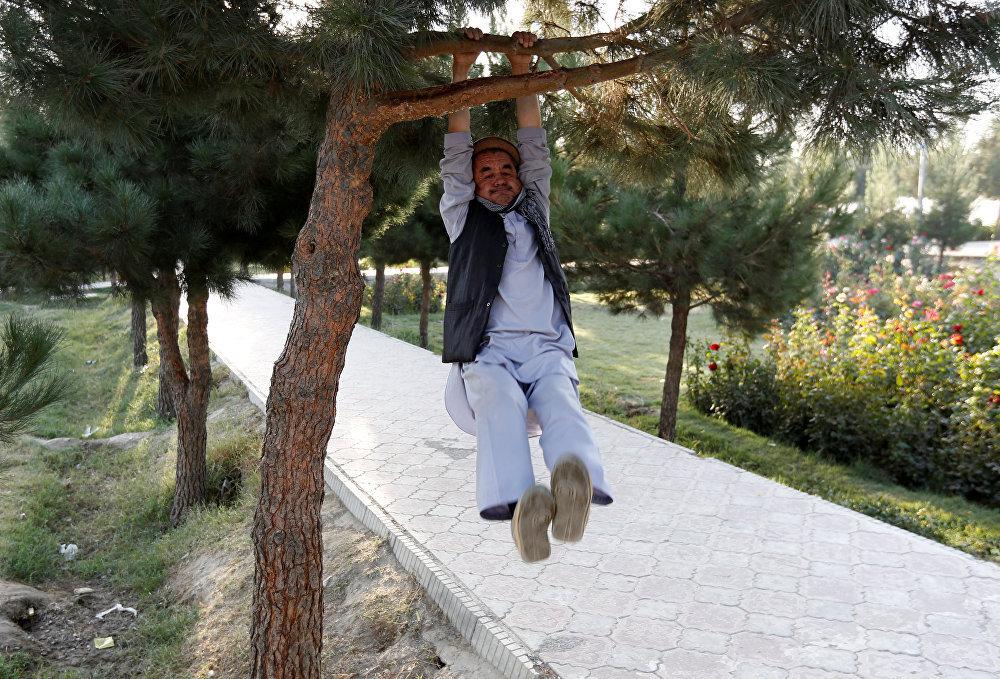 Не во всех странах есть такие обустроенные спортивные площадки, но любителей фитнеса это не останавливает. Кабул, Афганистан.