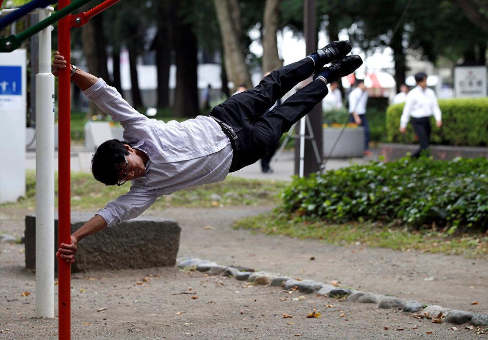 Японцы как всегда самые странные - занятия фитнесом в обеденный перерыв в Токио, Япония.