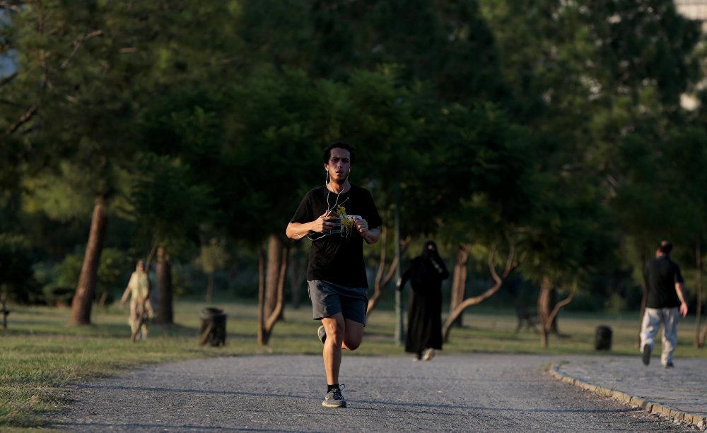 На беговой дорожке в парке Фатима Джинна в Исламабаде, Пакистан, можно встретить и мужчин, и женщин.