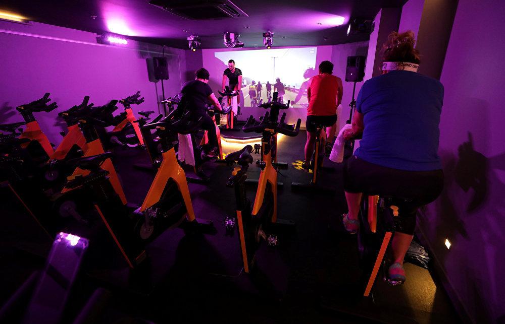 Велотренажер очень удобная вещь, а парк можно увидеть и на экране тренажерного зала - как, например, в Ницце, Франция.