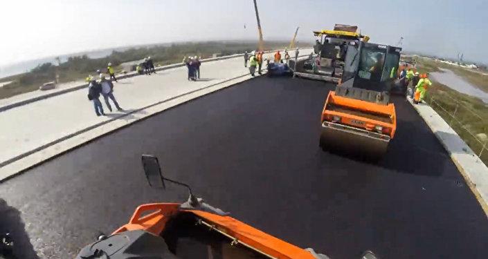 Строители уложили первые 600 м верхнего слоя асфальта на мосту в Крым