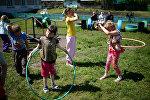 Дети играют на пришкольной площадке