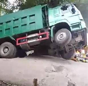 Очевидец снял, как грузовик проваливается под землю в Баткене, — видео