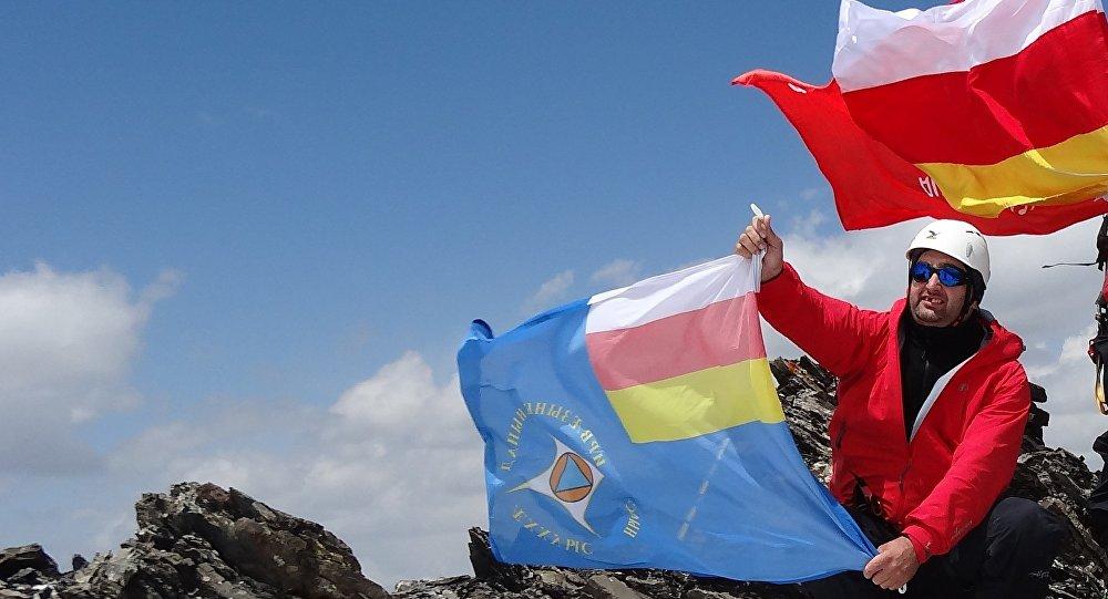Спасатели Северной и Южной Осетии на вершине Зикара