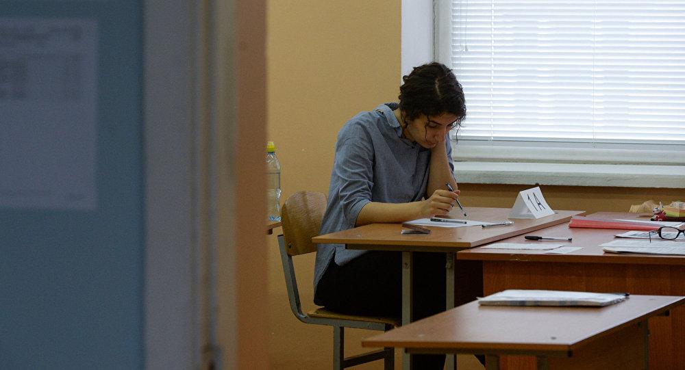 Ученица в классе