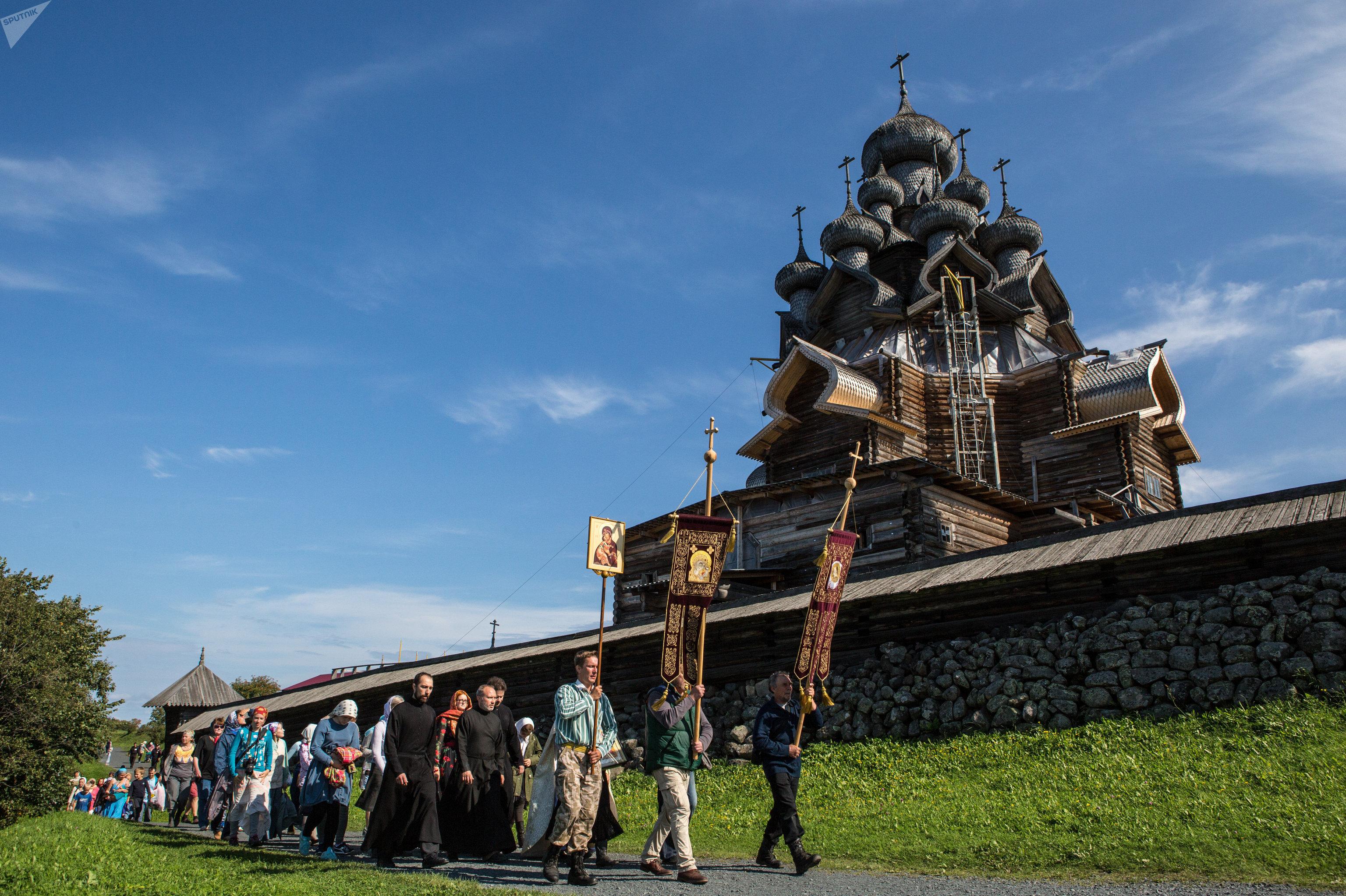 Крестный ход во время у церкви Покрова Пресвятой Богородицы