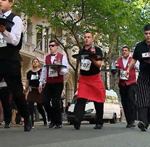 Бегущие с подносом: забег рижских официантов