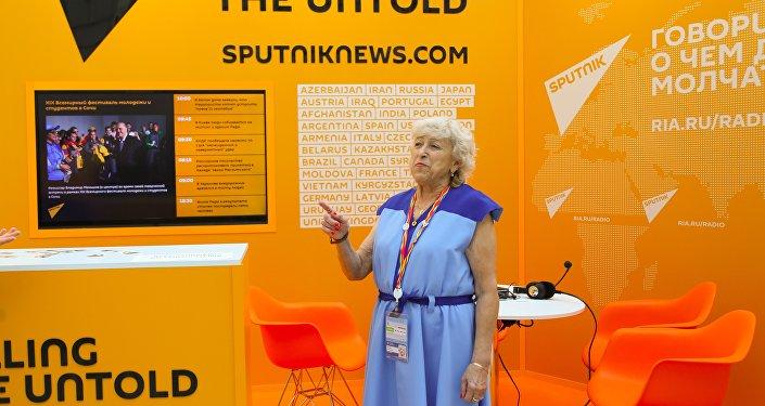 Участница фестиваля молодежи 1957 года посетила стенд Sputnik