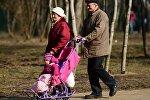 Пожилые люди гуляют с ребенком в парке