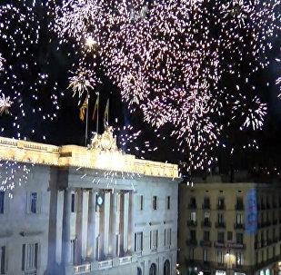 Салюты и протесты: реакция на резолюцию о независимости Каталонии в Барселоне