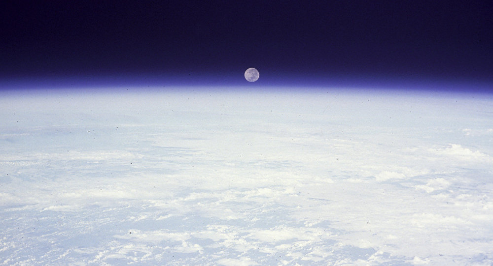 Восход Луны над планетой Земля