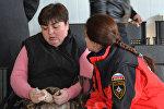Психолог МЧС России беседует родственницей одного из школьников, пострадавших в аварии
