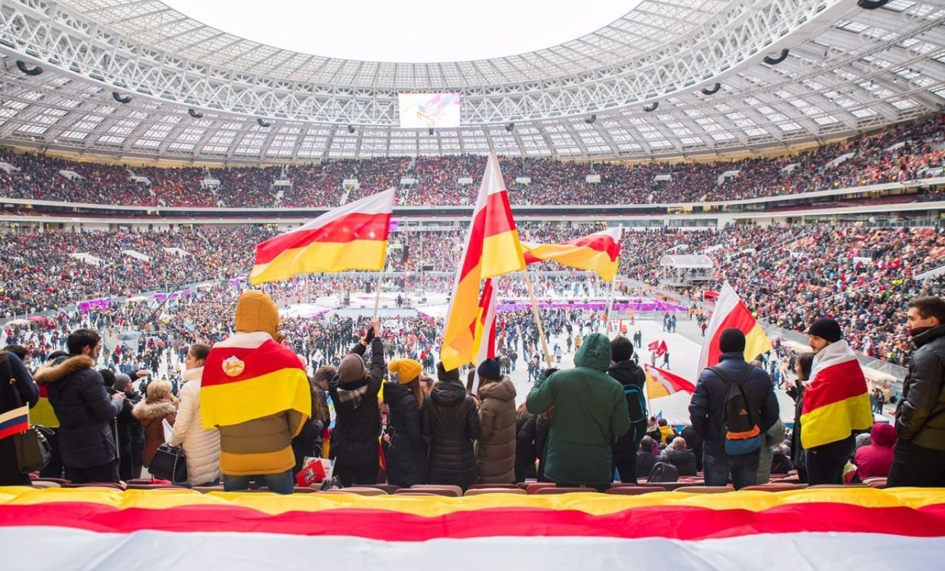 В День народного единства в столице вновь развернули осетинский флаг