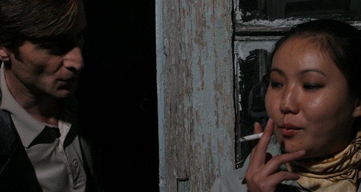 На съемках фильма «Ласточки прилетели». Режиссер Аслан Галазов. Ирлан Хугаев и помощник звукорежиссера  Элла Манжеева