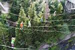В Швейцарии экстремалы устроили танцы на канатах, натянутых между двумя мостами