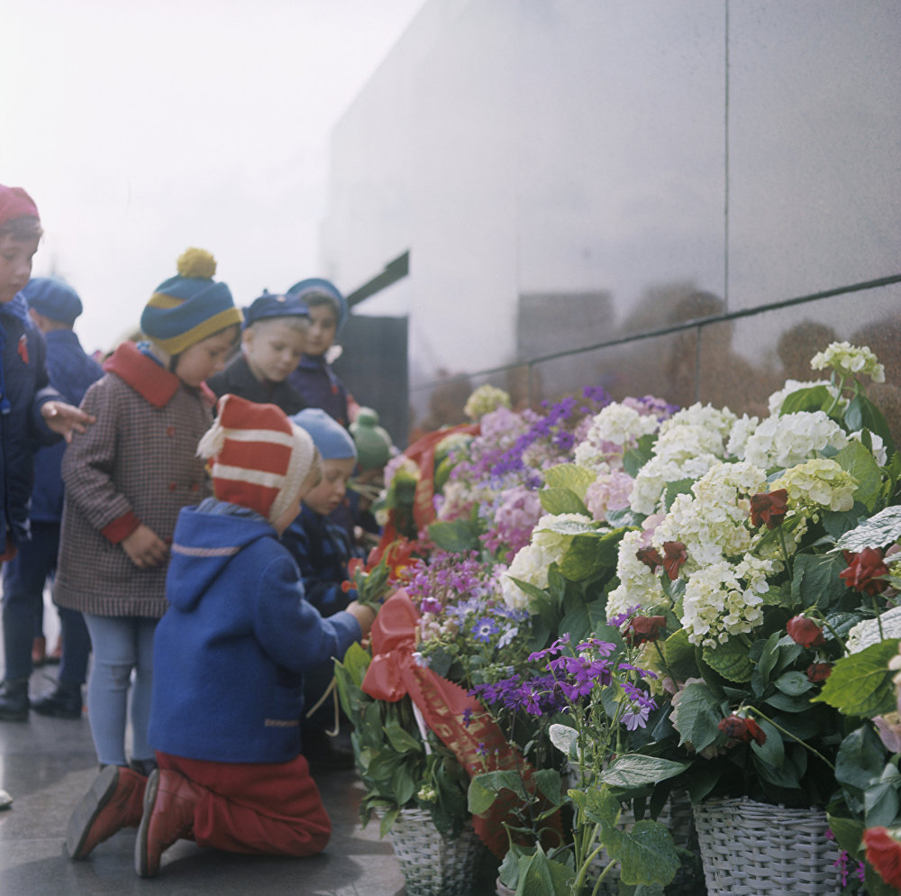 Дети у Мавзолея В.И.Ленина