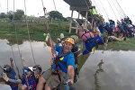 Экстремалы совершили групповой прыжок с моста в Бразилии