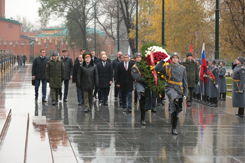 Президент РЮО А.Бибилов возложил венок к Могиле Неизвестного Солдата