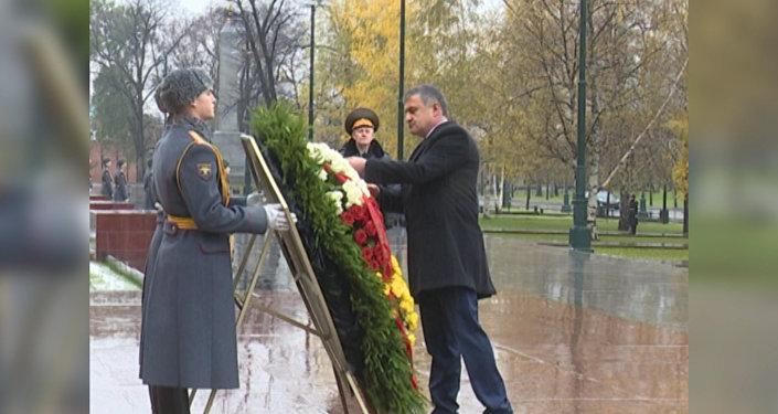 Бибилов в Москве: президент возложил венок к памятнику-символу