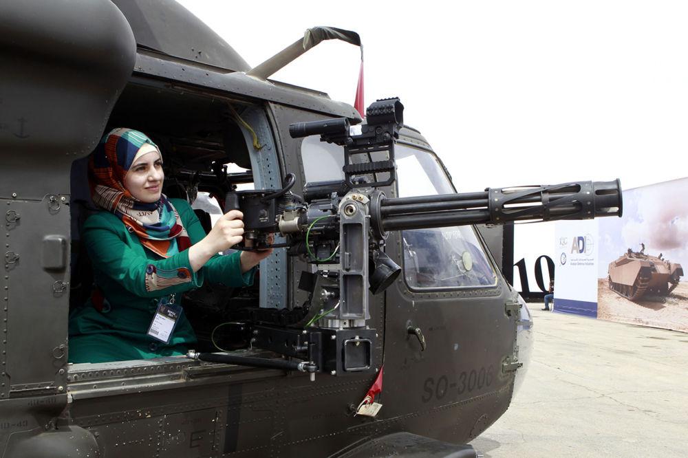 Посетительница в вертолете на выставке SOFEX в Иордании