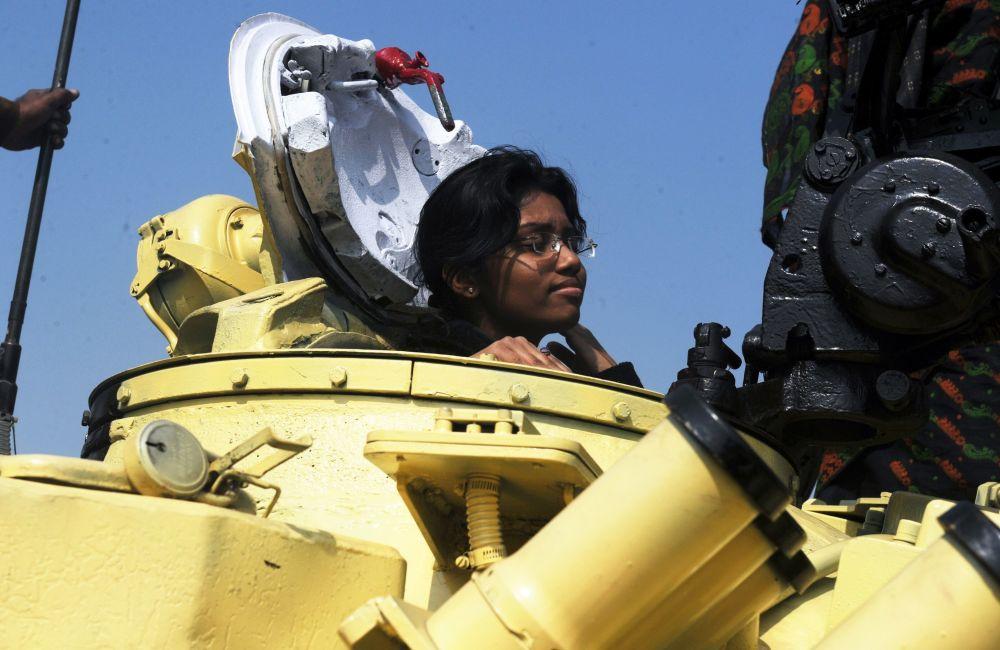 Девушка в танке Т-72 на выставке вооружений индийской армии в Калькутте