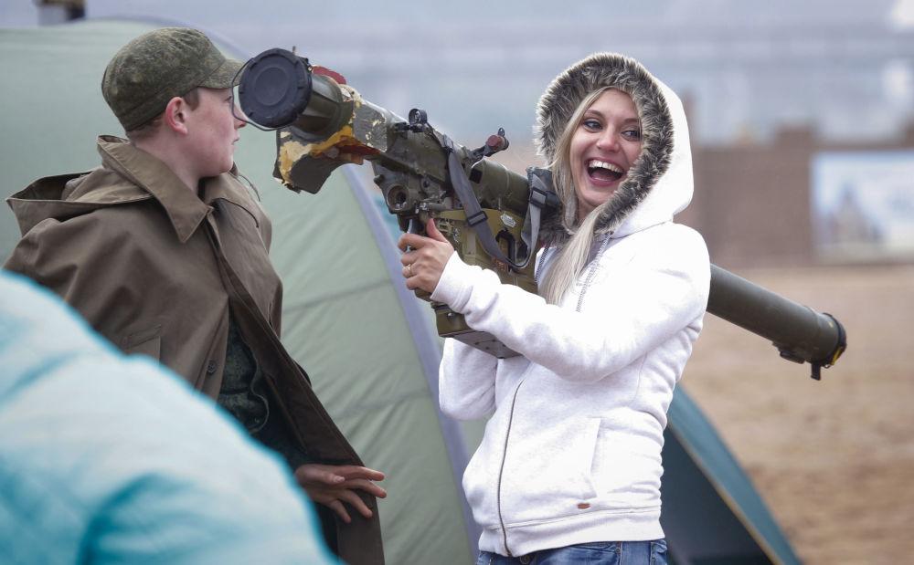 Девушка с ПЗРК Игла на выставке вооружений в Санкт-Петербурге