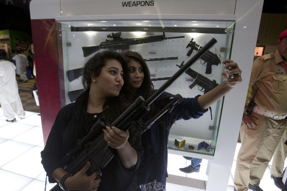 Посетительницы на международной оборонной выставке IDEAS в Пакистане