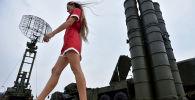 Девушка у ЗРК С-400 Триумф на военной выставке Оборонэкспо-2014 в Жуковском
