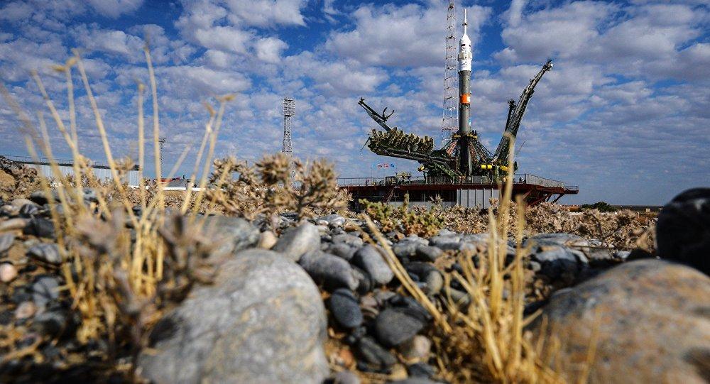 Вывоз и установка на старт РКН Союз-ФГ с транспортным пилотируемым кораблем Союз ТМА-18М на космодроме Байконур