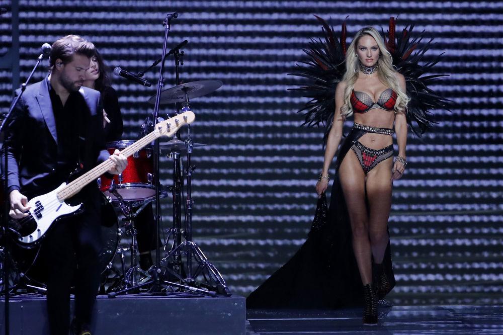 Модель Кэндис Сванепул во время шоу Victoria's Secret в Шанхае, Китай