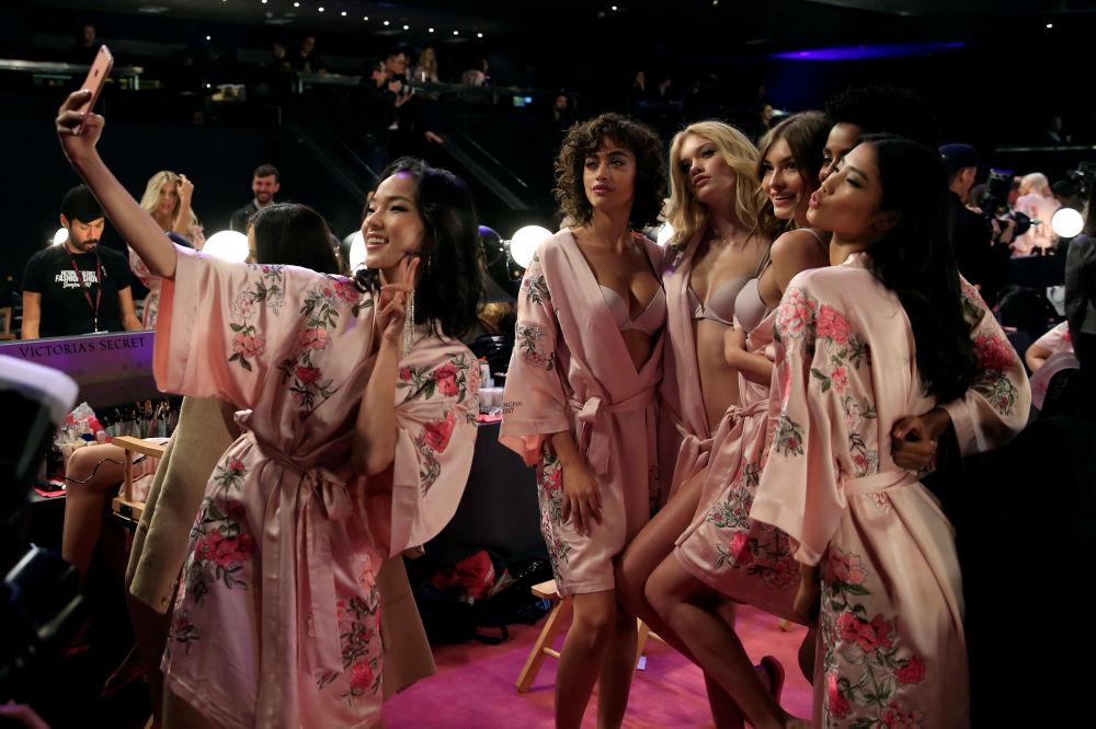 Модели до начала шоу Victoria's Secret в Шанхае, Китай