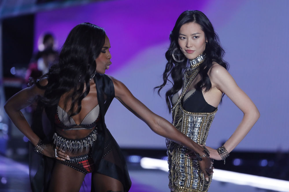 Модели Леоми Андерсон и Лю Вэнь  во время шоу Victoria's Secret в Шанхае, Китай
