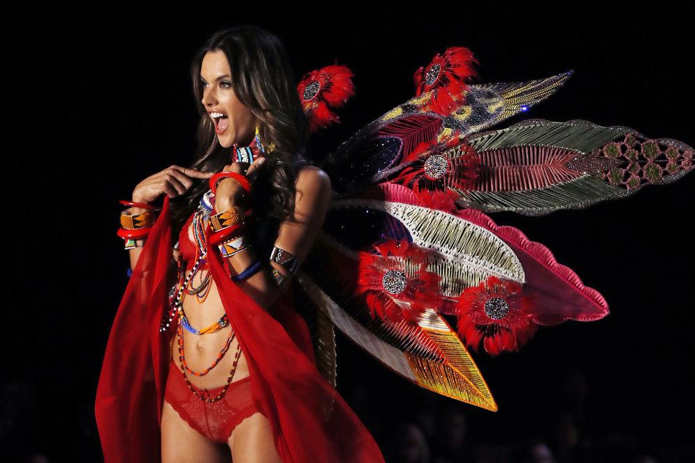 Модель Алессандра Амбросио во время шоу Victoria's Secret в Шанхае, Китай