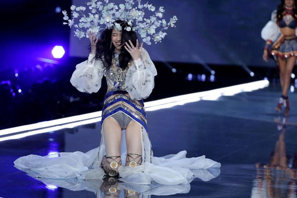 Модель Мин Си во время падения на шоу Victoria's Secret в Шанхае, Китай