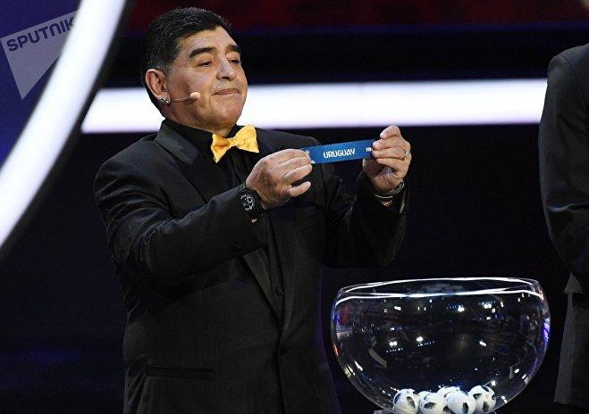 Ассистент жеребьевки аргентинский футболист Диего Марадона на официальной жеребьевке чемпионата мира по футболу 2018