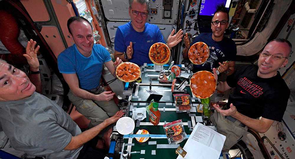Высокая кухня: космонавтов МКС накормили итальянской пиццей