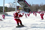 В США сотни Санта-Клаусов прокатились на лыжах и сноубордах